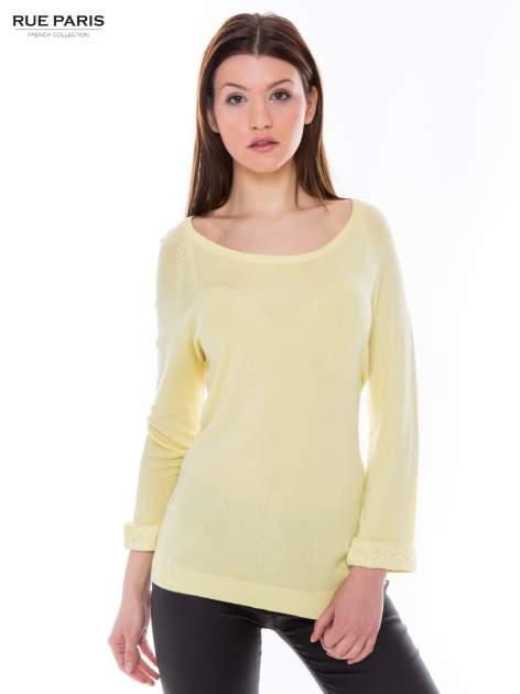 Pastelowożółty sweter z długim rękawem wykończonym koronkowym mankietem                                  zdj.                                  1