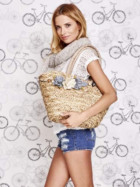 Pleciony koszyk plażowy z niebieskimi ozdobnymi kwiatami                                  zdj.                                  1