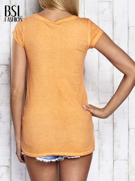 Pomarańczowy dekatyzowany t-shirt z cekinową cyfrą 4                                  zdj.                                  2