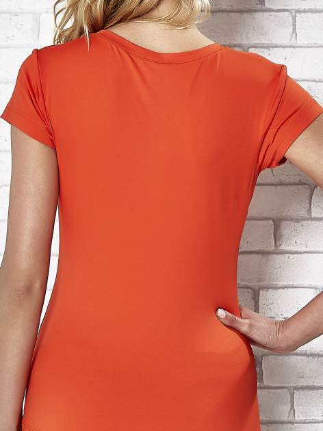 Pomarańczowy t-shirt sportowy termoaktywny z dekoltem V                                  zdj.                                  7
