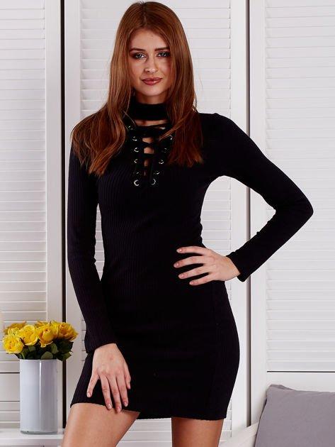 Prążkowana sukienka lace up z chokerem czarna                              zdj.                              1