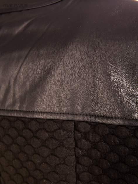 Prosty czarny żakiet z suwakami wykonany z bąbelkowej dzianiny                                  zdj.                                  8