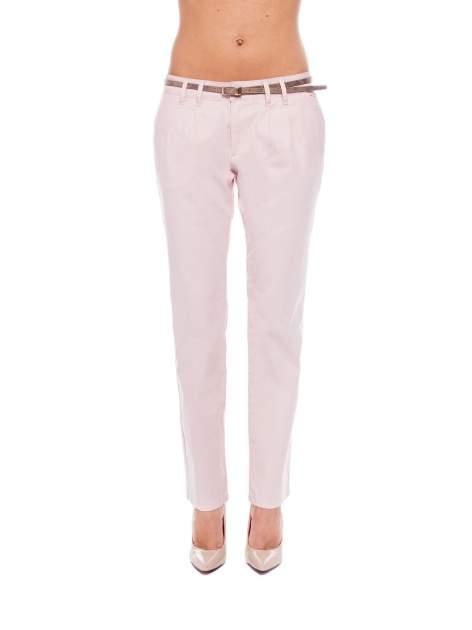 Pudrowe spodnie z paskiem z lakierowanej skóry                                  zdj.                                  1