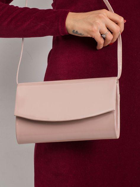 Pudroworóżowa lakierowana torebka kopertówka