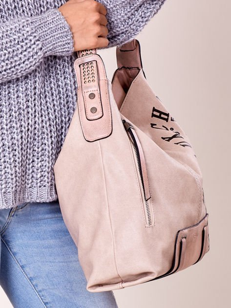 Pudroworóżowa torba z ćwiekami na pasku i nadrukiem                              zdj.                              2