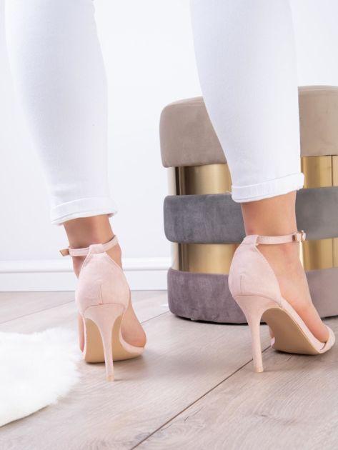 Pudroworóżowe sandały z eco zamszu ze złotą sprzączką                              zdj.                              8