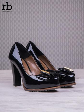 ROCCOBAROCCO Czarne lakierowane pantofle faux leather na słupku z kokardką                                  zdj.                                  3