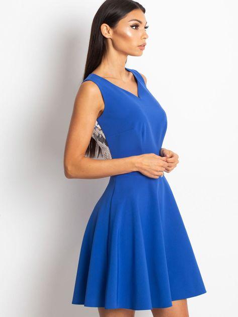Rozkloszowana sukienka z koronką na plecach chabrowa                                  zdj.                                  2