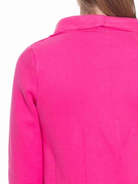 Różowa bluzonarzutka z klapami o kroju waterfall                                  zdj.                                  7