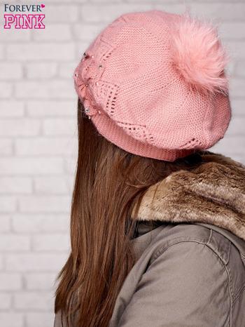 Różowa czapka z ozdobnym kwiatem i pomponem                                  zdj.                                  2