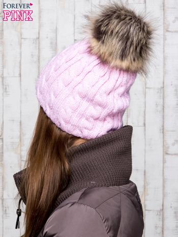 Różowa czapka z warkoczowym splotem i futrzanym pomponem                                  zdj.                                  3