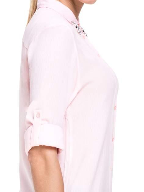 Różowa koszula z biżuteryjnym kołnierzykiem i kieszonką                                  zdj.                                  7