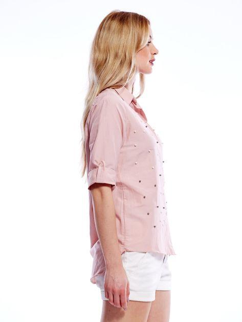 Różowa koszula z perełkami i podwijanymi rękawami                              zdj.                              4