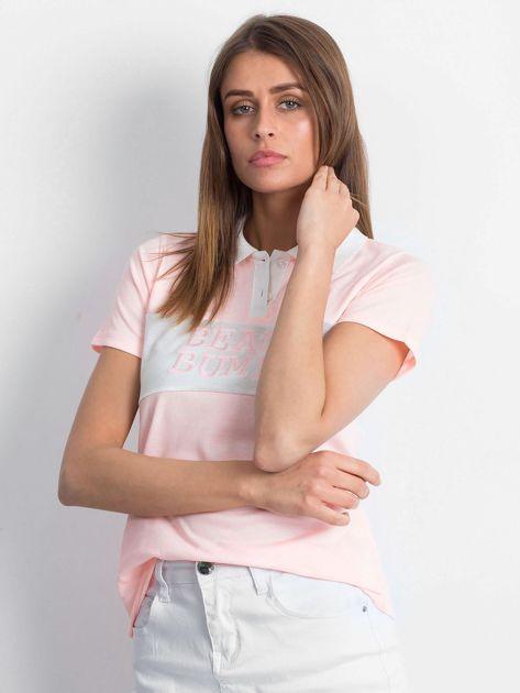 Różowa koszulka polo z napisem                              zdj.                              1