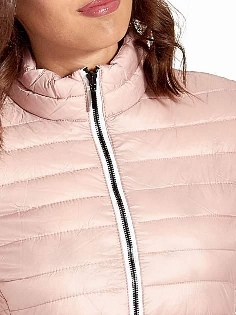 Różowa lekka kurtka puchowa z kontrastowym zamkiem                                  zdj.                                  4