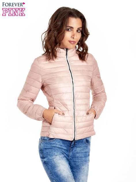 Różowa lekka kurtka puchowa z kontrastowym zamkiem                                  zdj.                                  1