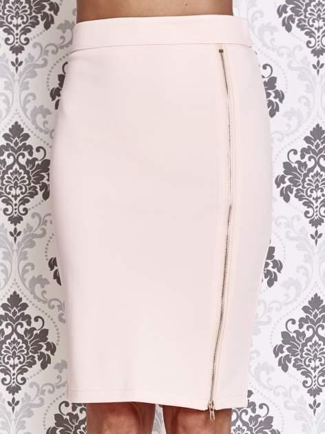 Różowa ołówkowa spódnica ze złotym suwakiem                                  zdj.                                  1