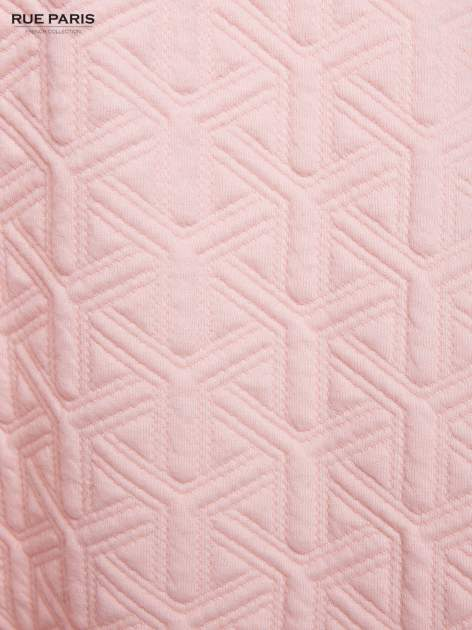 Różowa rozkloszowana spódnica ze skórzanym pasem z dzianiny wytłaczanej w geometryczny wzór                                  zdj.                                  6