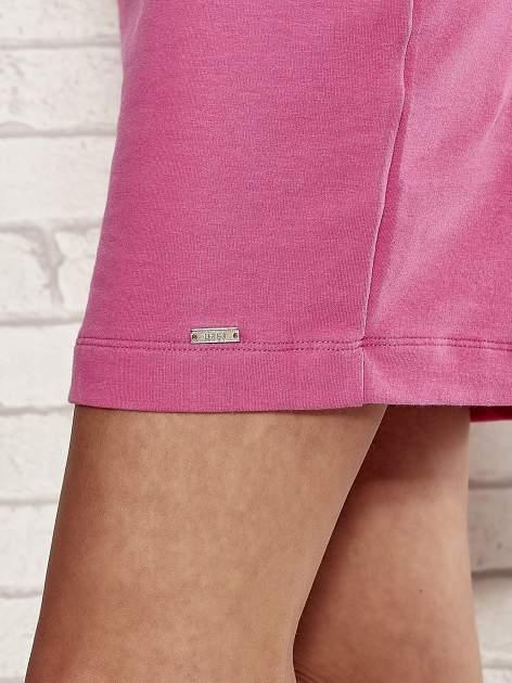 Różowa sukienka dresowa o prostym kroju                                  zdj.                                  5