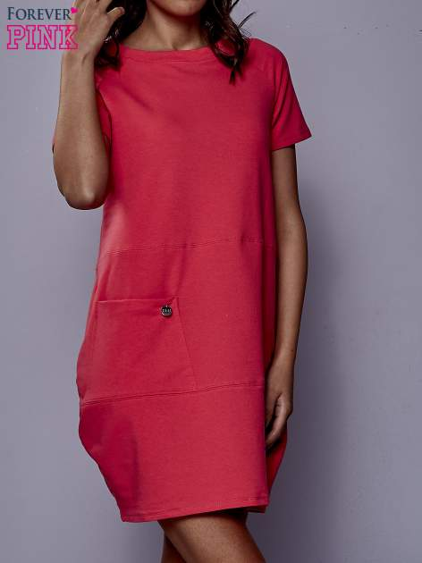 Różowa sukienka dresowa z kieszenią z boku