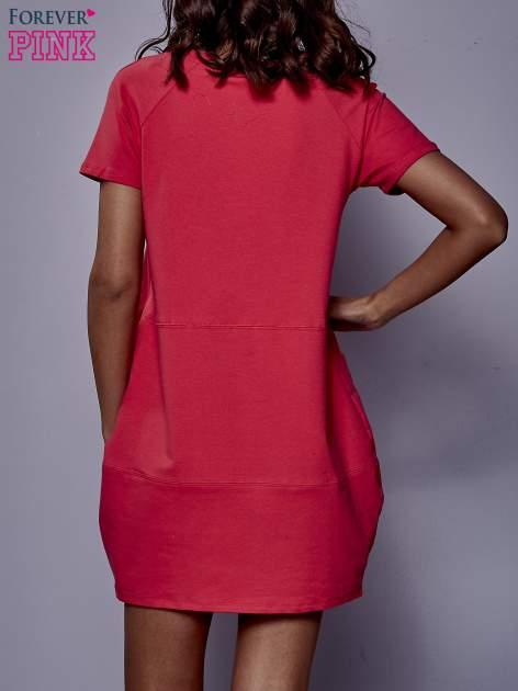 Różowa sukienka dresowa z kieszenią z boku                                  zdj.                                  4