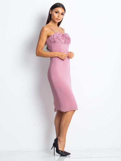 Różowa sukienka koktajlowa z ozdobnym dekoltem                              zdj.                              3