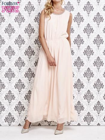 Różowa sukienka maxi z biżuteryjnym dekoltem