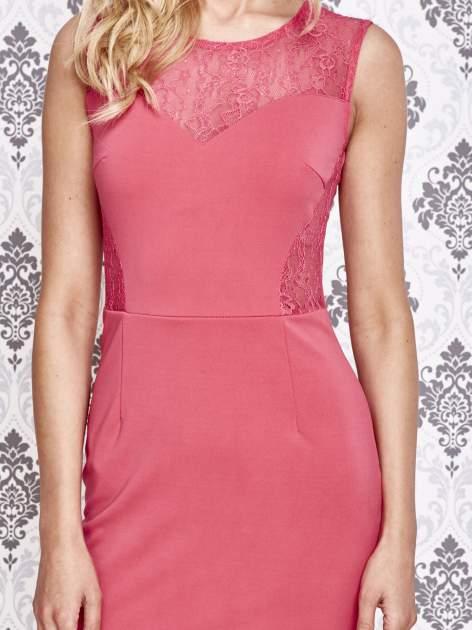 Różowa sukienka tuba z koronkowymi wstawkami                                  zdj.                                  5