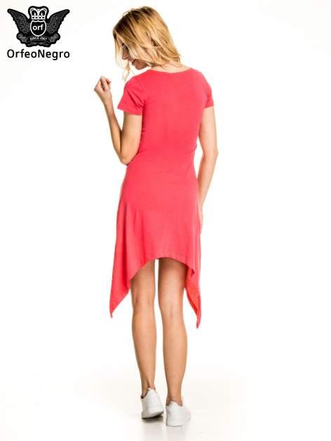 Różowa sukienka z asymetrycznymi bokami i złotym napisem LA VIE EN ROSE                                  zdj.                                  4