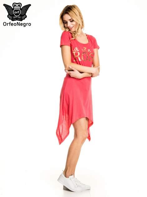 Różowa sukienka z asymetrycznymi bokami i złotym napisem LA VIE EN ROSE                                  zdj.                                  3