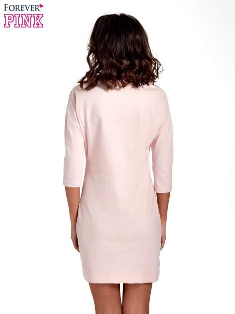Różowa sukienka z dekoltem w łódkę                                  zdj.                                  4