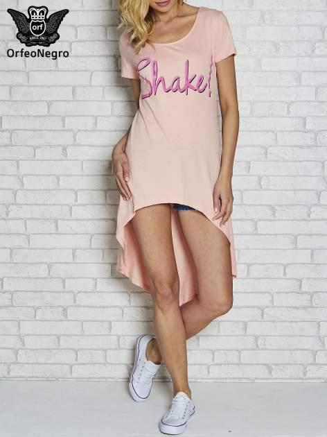 Różowa sukienka z dłuższym tyłem i napisem SHAKE!