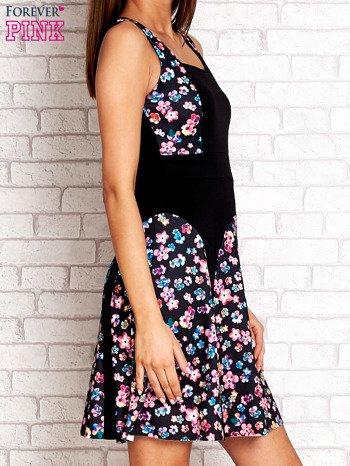 Różowa sukienka z kwiatowymi wstawkami i kwadratowym dekoltem                                  zdj.                                  3
