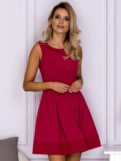 Różowa sukienka z wypukłymi wstawkami w kratę