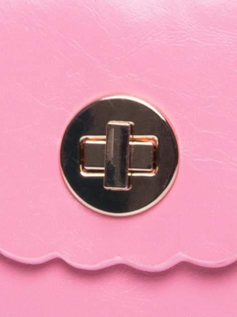 Różowa torebka listonoszka z falowanym wykończeniem                                  zdj.                                  7