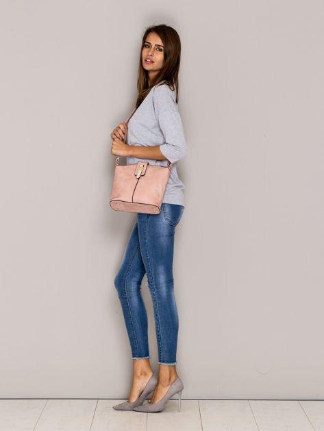 Różowa torebka z ozdobną klapką                                   zdj.                                  3
