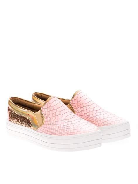 Różowe buty slip on imitujące skórę krokodyla z efektem glitter                                  zdj.                                  2