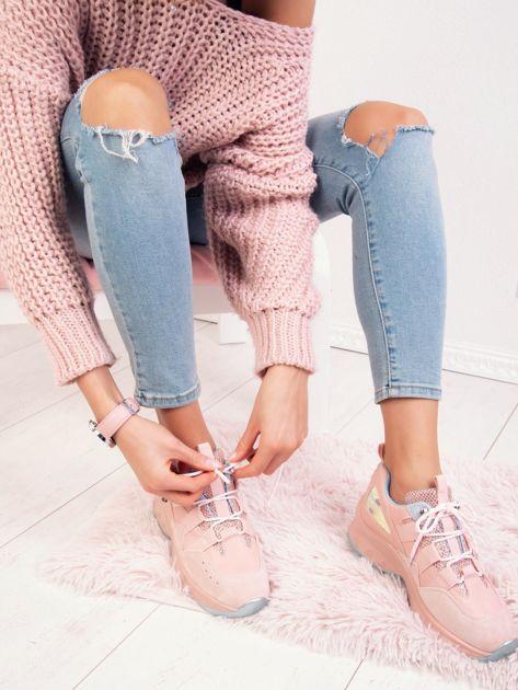 Różowe buty sportowe z holograficzną wstawką na boku cholewki                              zdj.                              1
