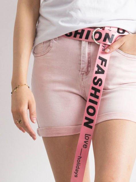 Różowe jeansowe bermudy z paskiem w napisy