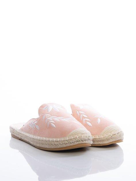 Różowe klapki z ecozamszu, w haftowane wzory w kształcie roślin na przodzie cholewki                              zdj.                              2
