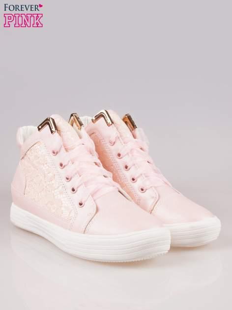 Różowe koronkowe sneakersy ze złotą aplikacją                                  zdj.                                  2