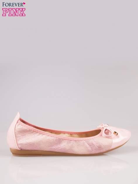 Różowe pikowane baleriny na gumkę z gładkim noskiem                                  zdj.                                  1
