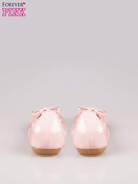 Różowe pikowane baleriny na gumkę z gładkim noskiem                                  zdj.                                  3