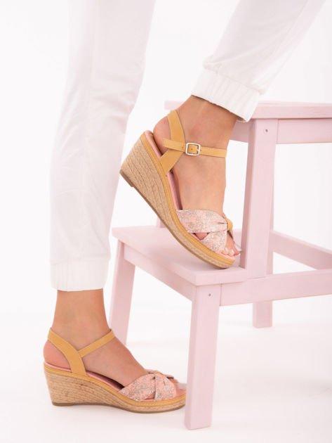 Różowe sandały na koturnach z nadrukiem w białe kwiaty                               zdj.                              6