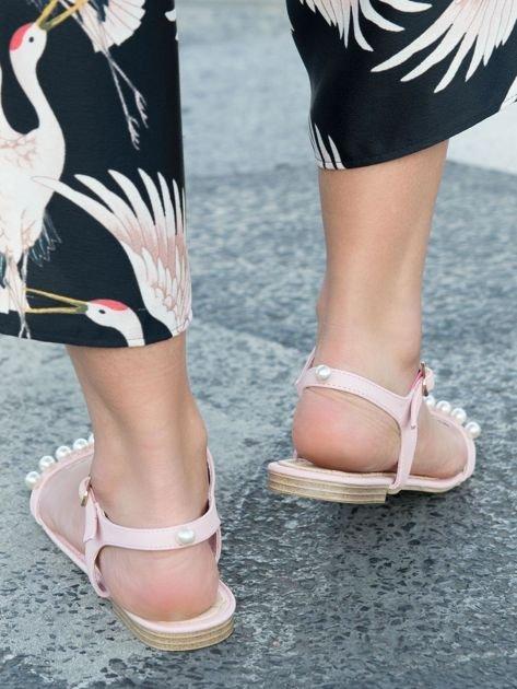 Różowe sandały z ozdobnymi perełkami na przodzie cholewki                              zdj.                              3