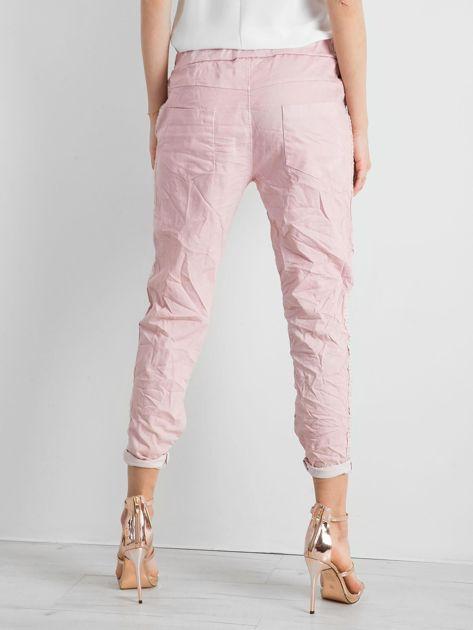 Różowe spodnie damskie z lampasami                              zdj.                              2