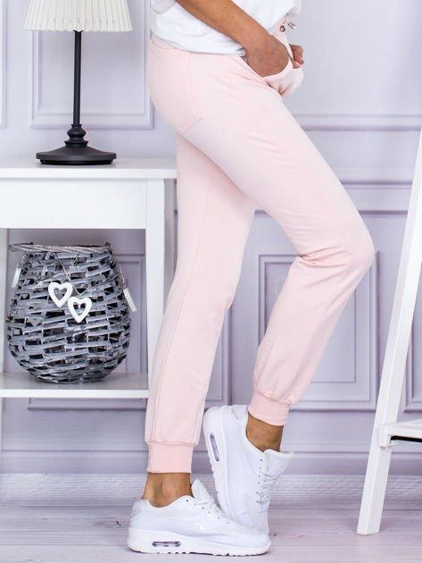Różowe spodnie dresowe z kieszonką z przodu                              zdj.                              5