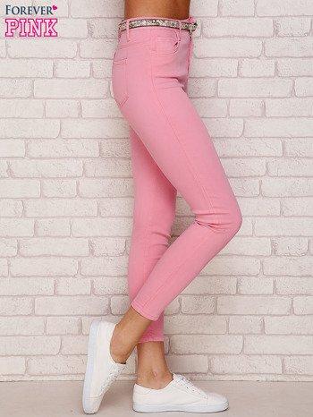 Różowe spodnie z kwiatowym paskiem