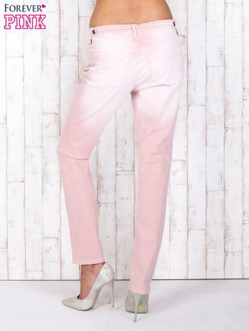 Różowe strechowe spodnie z koronką przy kieszeni                                  zdj.                                  2