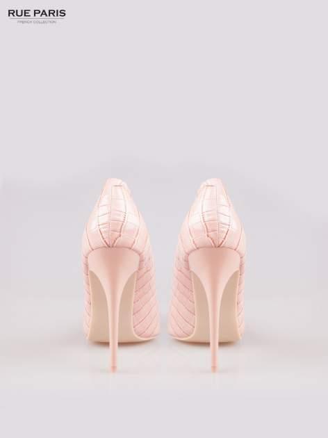 Różowe szpilki z lakierowanej skóry krokodyla                                  zdj.                                  3